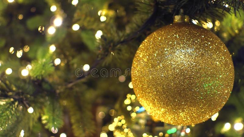 Διακοσμημένη χρυσή σφαίρα χριστουγεννιάτικων δέντρων, ρηχός πυροβολισμός εστίασης κινηματογραφήσεων σε πρώτο πλάνο στοκ εικόνες
