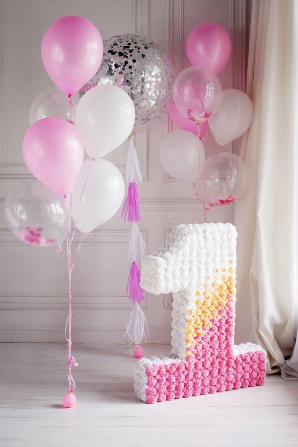 Διακοσμημένος αριθμός 1 για πρώτα γενέθλια και τα μπαλόνια στοκ φωτογραφία