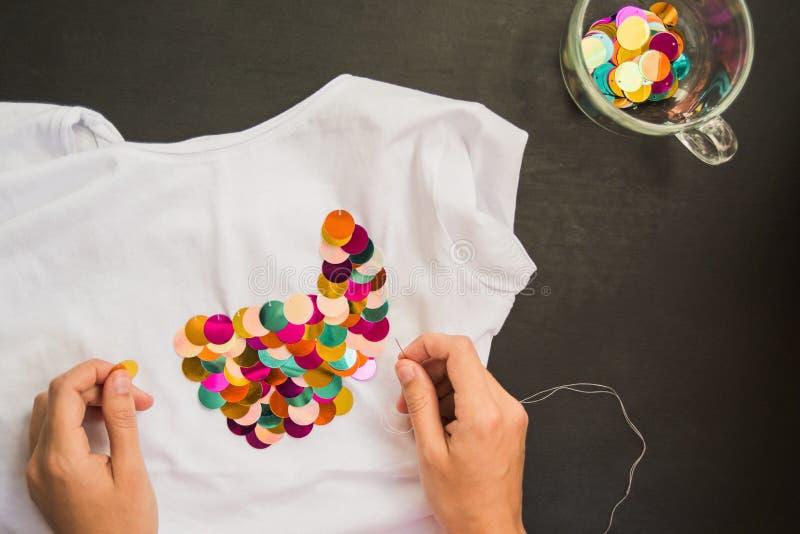 Διακοσμημένος με την μπλούζα τσεκιών για το δώρο στοκ εικόνες