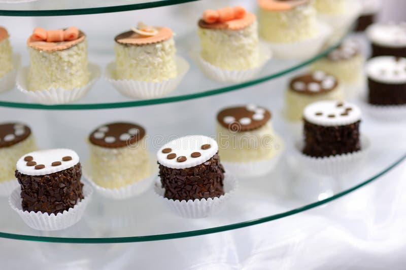 Διακοσμημένος cupcakes σε ένα πιάτο γυαλιού στοκ εικόνες με δικαίωμα ελεύθερης χρήσης