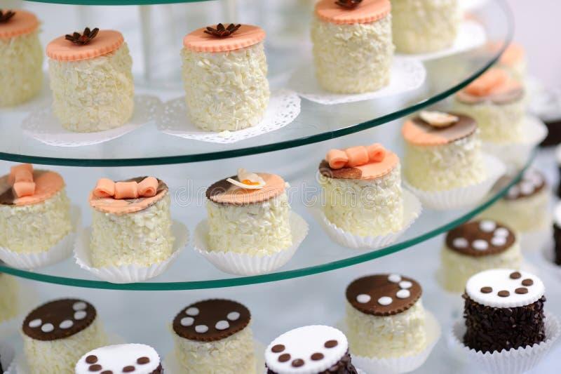Διακοσμημένος cupcakes σε ένα πιάτο γυαλιού στοκ φωτογραφίες με δικαίωμα ελεύθερης χρήσης