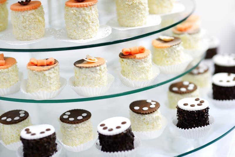 Διακοσμημένος cupcakes σε ένα πιάτο γυαλιού στοκ φωτογραφία