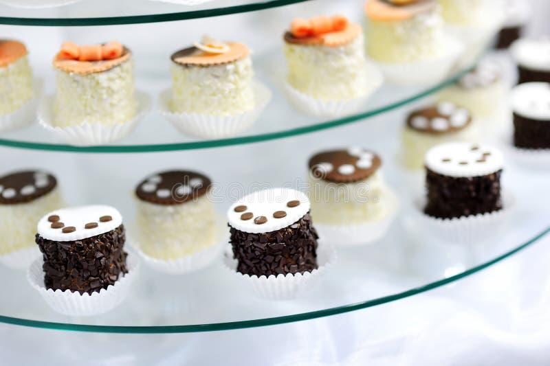 Διακοσμημένος cupcakes σε ένα πιάτο γυαλιού στοκ φωτογραφίες