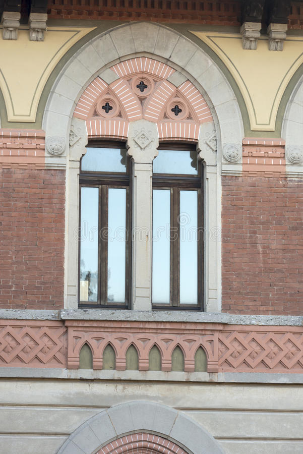 Διακοσμημένο δίδυμο παράθυρο στο ιστορικό εργοστάσιο, Crespi σε Adda, Ita στοκ φωτογραφία με δικαίωμα ελεύθερης χρήσης