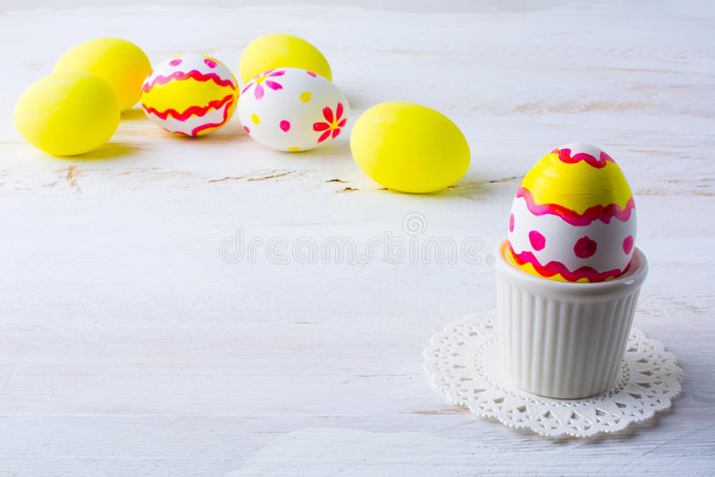 Διακοσμημένο αυγό Πάσχας σε ένα φλυτζάνι αυγών στοκ φωτογραφία με δικαίωμα ελεύθερης χρήσης