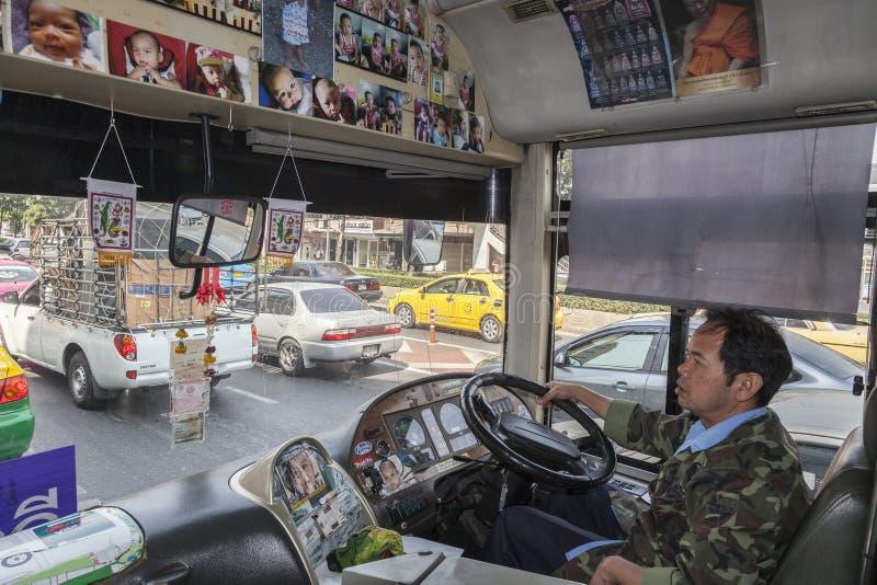 Διακοσμημένο δημόσιο λεωφορείο στη Μπανγκόκ στοκ φωτογραφίες