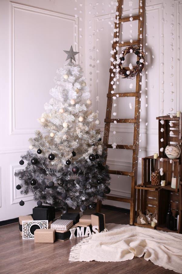 Διακοσμημένο εσωτερικό με το χριστουγεννιάτικο δέντρο και τις λεπτομέρειες στοκ εικόνες