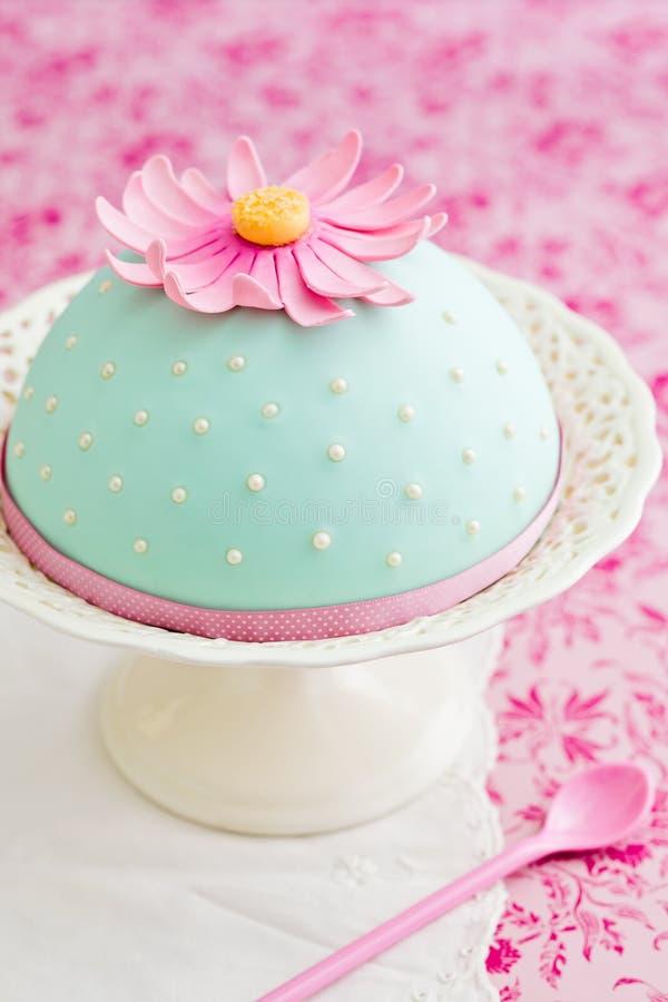 Διακοσμημένο κέικ με το λουλούδι στοκ φωτογραφία με δικαίωμα ελεύθερης χρήσης