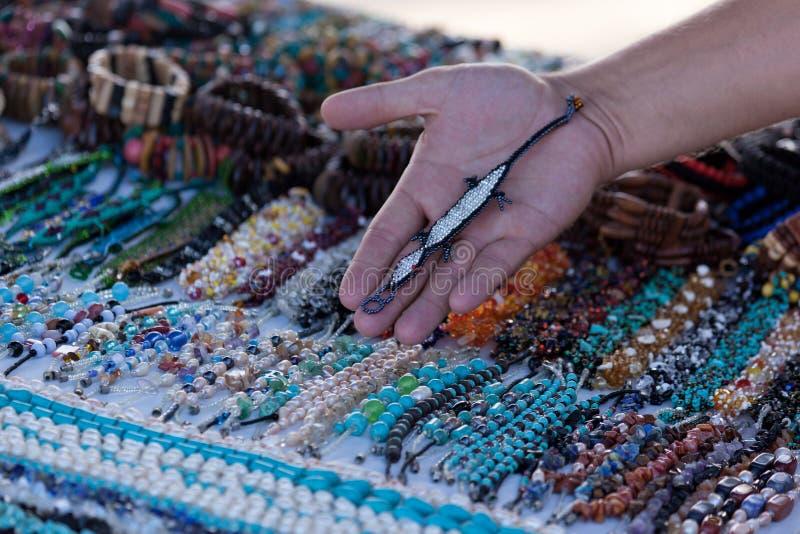 Διακοσμημένο με χάντρες βραχιόλι σαυρών στοκ φωτογραφία