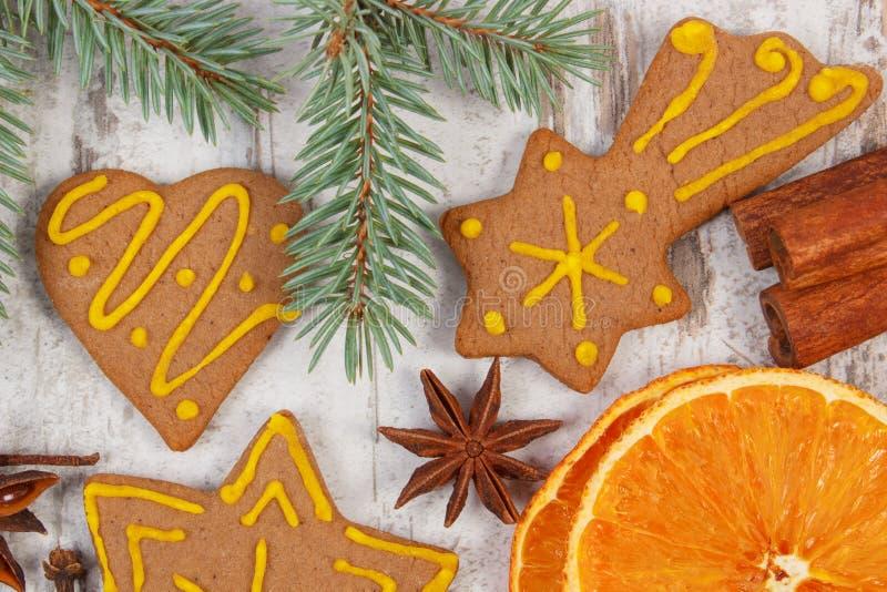 Download Διακοσμημένο μελόψωμο, κομψοί κλάδοι, καρυκεύματα στο παλαιό ξύλινο υπόβαθρο, διακόσμηση Χριστουγέννων Στοκ Εικόνα - εικόνα από scented, πορτοκάλι: 62715303