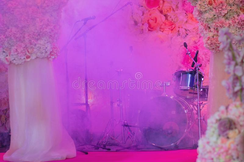 Διακοσμημένο στάδιο με τα μικρόφωνα και τα μουσικά όργανα στοκ φωτογραφίες με δικαίωμα ελεύθερης χρήσης