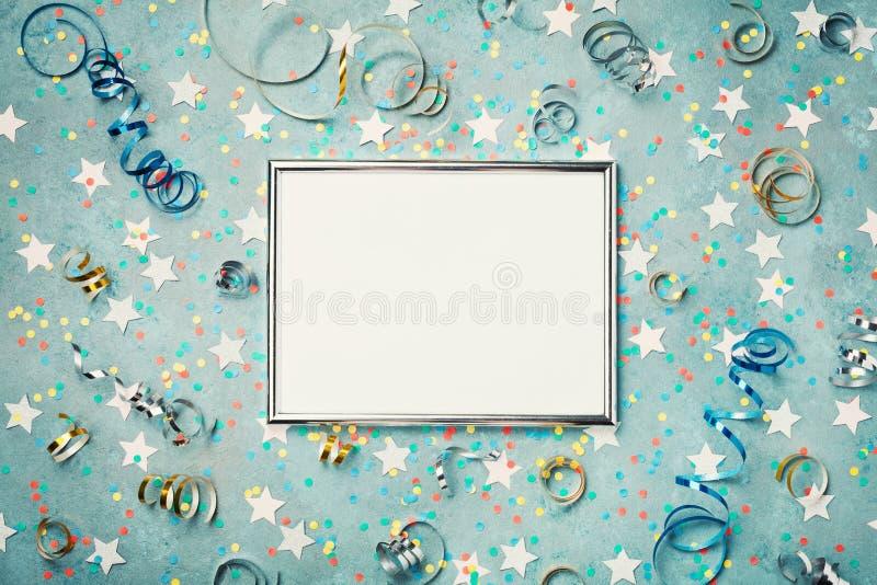 Διακοσμημένο υπόβαθρο ασημένιο πλαίσιο κόμματος, καρναβαλιού, Χριστουγέννων ή γενεθλίων με το κομφετί και την ταινία Επίπεδος βάλ στοκ εικόνες με δικαίωμα ελεύθερης χρήσης