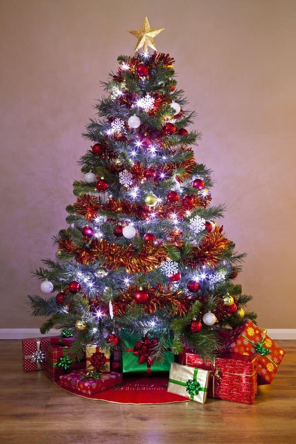 Διακοσμημένο χριστουγεννιάτικο δέντρο με τα δώρα στοκ φωτογραφίες