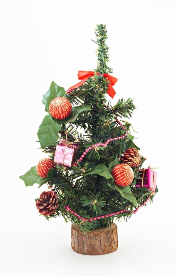 Διακοσμημένο χριστουγεννιάτικο δέντρο τα παιχνίδια και τα δώρα που απομονώνονται με στοκ εικόνα
