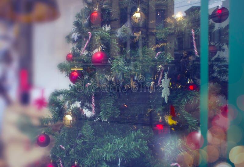 Διακοσμημένο χριστουγεννιάτικο δέντρο για το νέο έτος σε μια προθήκη δώρο στοκ φωτογραφίες