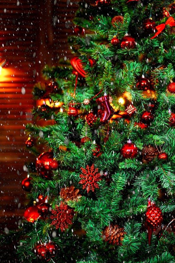 Διακοσμημένο χριστουγεννιάτικο δέντρο θολωμένος, σπινθήρισμα και υπόβαθρο νεράιδων στοκ εικόνα