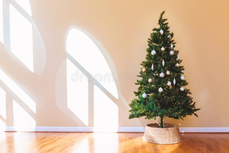Διακοσμημένο χριστουγεννιάτικο δέντρο σε ένα μεγάλο δωμάτιο στοκ εικόνα