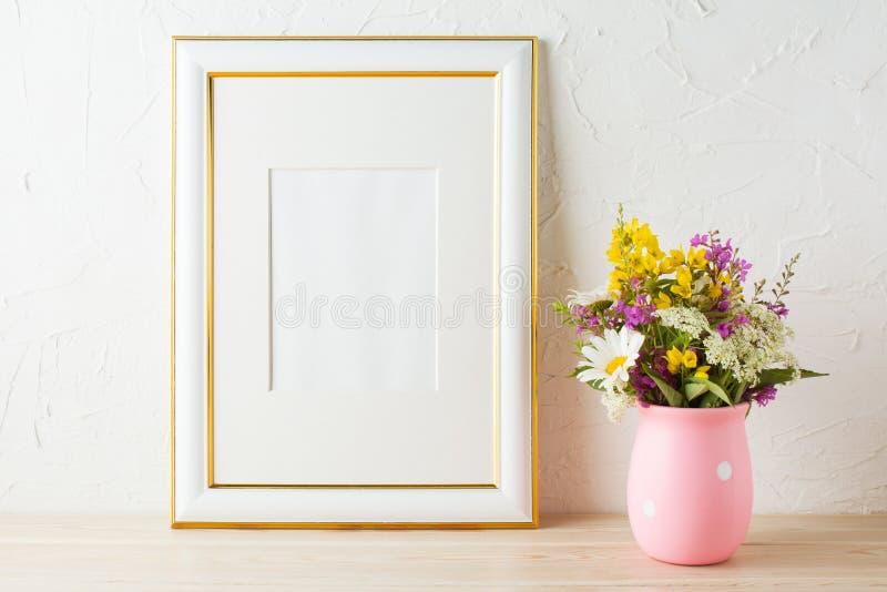 Διακοσμημένο χρυσός πρότυπο πλαισίων με τα wildflowers στο ρόδινο βάζο στοκ φωτογραφία