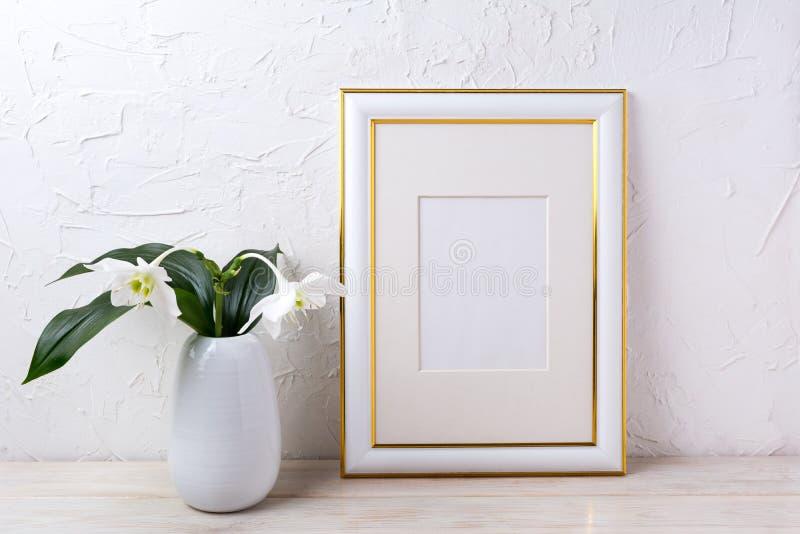 Διακοσμημένο χρυσός πρότυπο πλαισίων με τον τρυφερό άσπρο κρίνο στο βάζο στοκ φωτογραφία