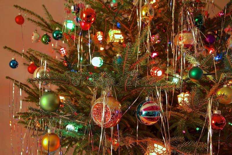 Διακοσμημένο ύφος χριστουγεννιάτικο δέντρο της δεκαετίας του '70 κιτς στοκ φωτογραφία με δικαίωμα ελεύθερης χρήσης