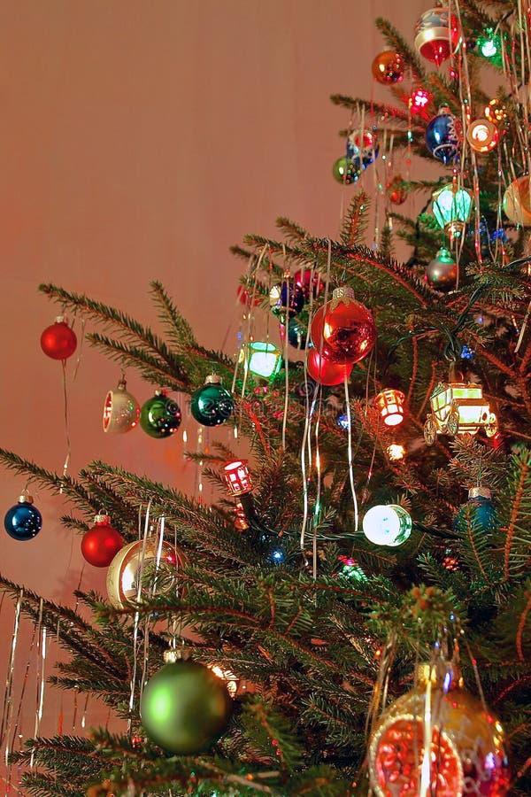 Διακοσμημένο ύφος χριστουγεννιάτικο δέντρο της δεκαετίας του '70 κιτς στοκ φωτογραφία