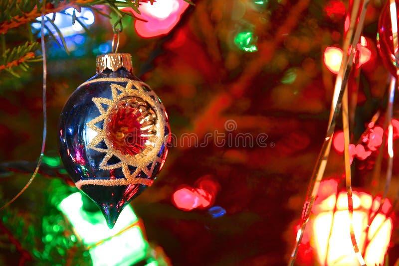 Διακοσμημένο ύφος χριστουγεννιάτικο δέντρο της δεκαετίας του '70 κιτς στοκ εικόνες