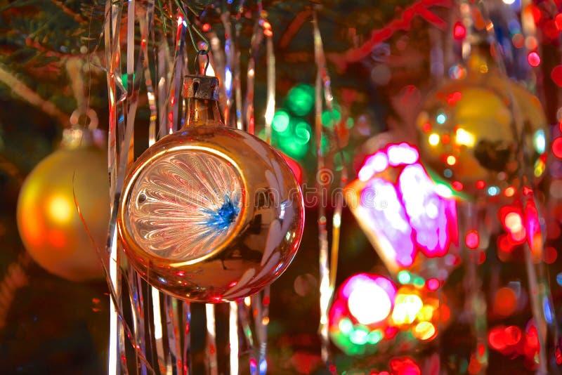 Διακοσμημένο ύφος χριστουγεννιάτικο δέντρο της δεκαετίας του '70 κιτς στοκ εικόνα με δικαίωμα ελεύθερης χρήσης