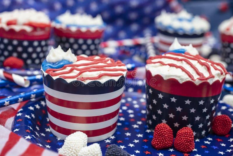Διακοσμημένο Cupcakes για το τέταρτο του εορτασμού Ιουλίου στοκ εικόνες