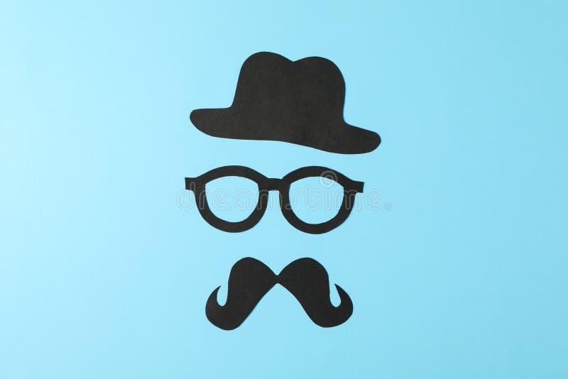 Διακοσμητικά γυαλιά, mustache και καπέλο στο υπόβαθρο χρώματος στοκ φωτογραφία
