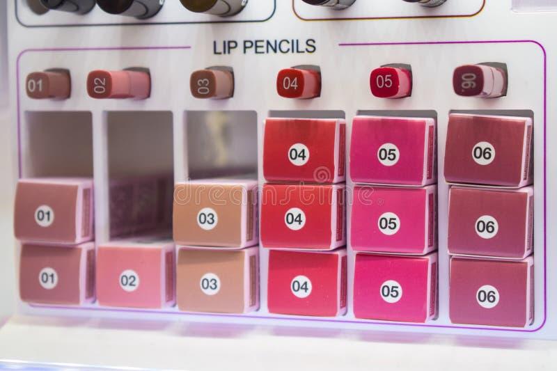 Διακοσμητικά δείγματα καλλυντικών, ελεγκτές Διάφορα χειλικά μολύβια στο α στοκ εικόνα