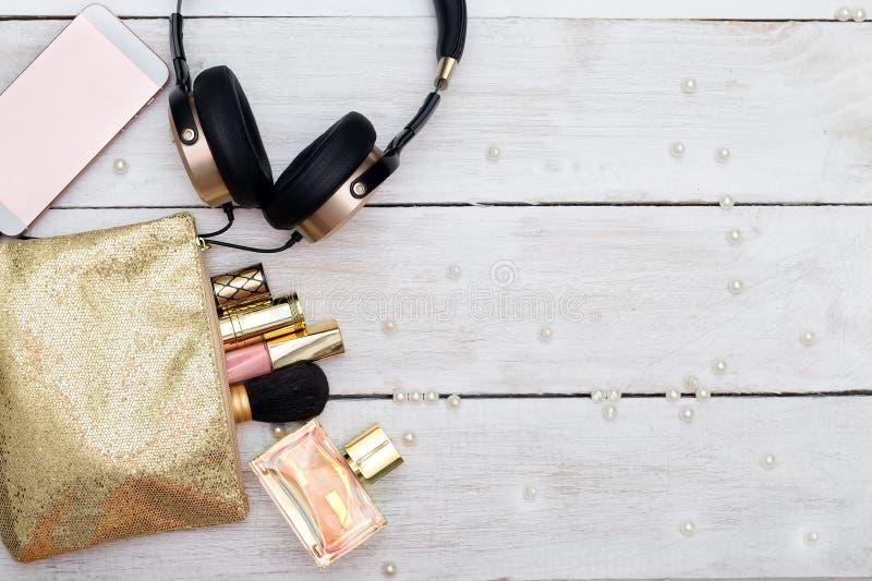 Διακοσμητικά καλλυντικά και εξαρτήματα για το makeup άσπρο σε ξύλινο στοκ φωτογραφία με δικαίωμα ελεύθερης χρήσης