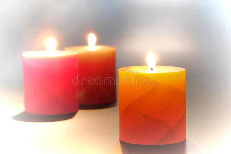Διακοσμητικά κεριά στυλοβατών που καίνε για τη χαλάρωση στοκ εικόνα