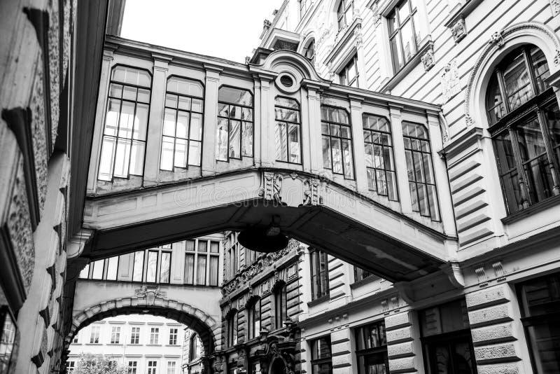 Διακοσμητικές γέφυρες μεταξύ των κτηρίων στην οδό Nekazanka, Πράγα στοκ φωτογραφίες με δικαίωμα ελεύθερης χρήσης