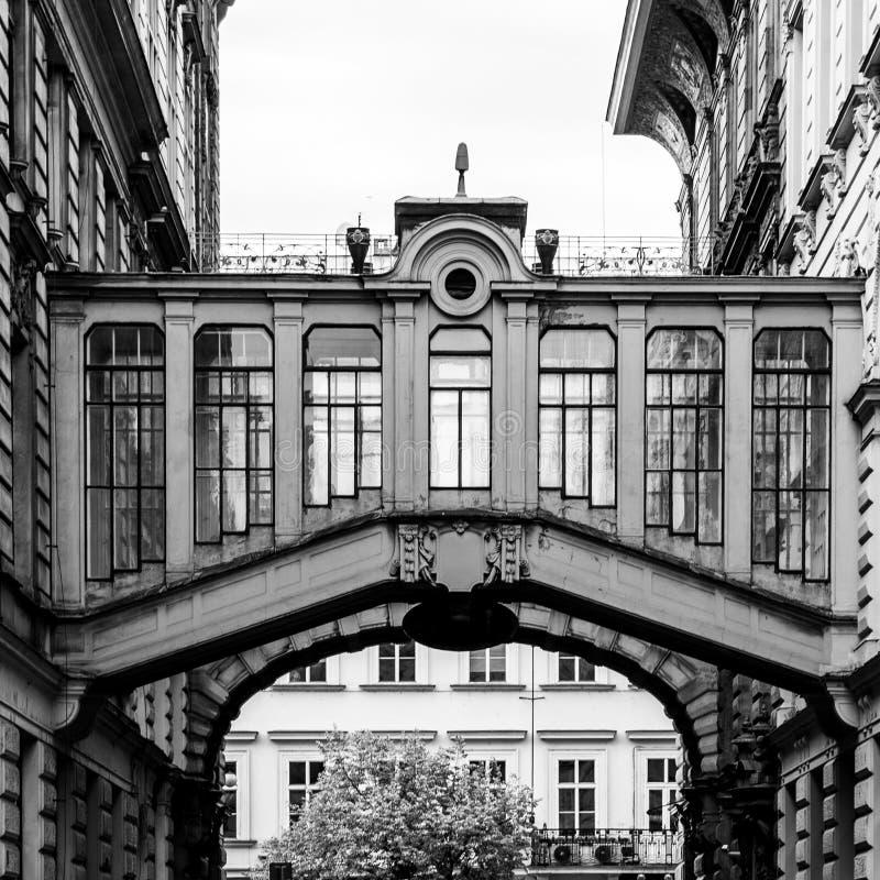 Διακοσμητικές γέφυρες μεταξύ των κτηρίων στην οδό Nekazanka, Πράγα στοκ φωτογραφία με δικαίωμα ελεύθερης χρήσης