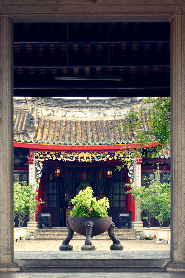 Διακοσμητικές εγκαταστάσεις μπροστά από την είσοδο σπιτιών στοκ εικόνα