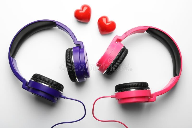 Διακοσμητικές καρδιές και σύγχρονα ακουστικά στο άσπρο υπόβαθρο στοκ φωτογραφίες με δικαίωμα ελεύθερης χρήσης