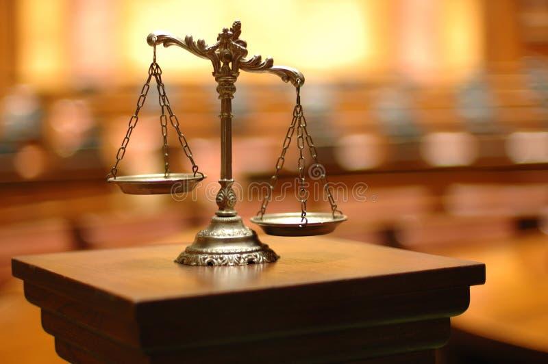 Διακοσμητικές κλίμακες της δικαιοσύνης στο δικαστήριο στοκ εικόνες