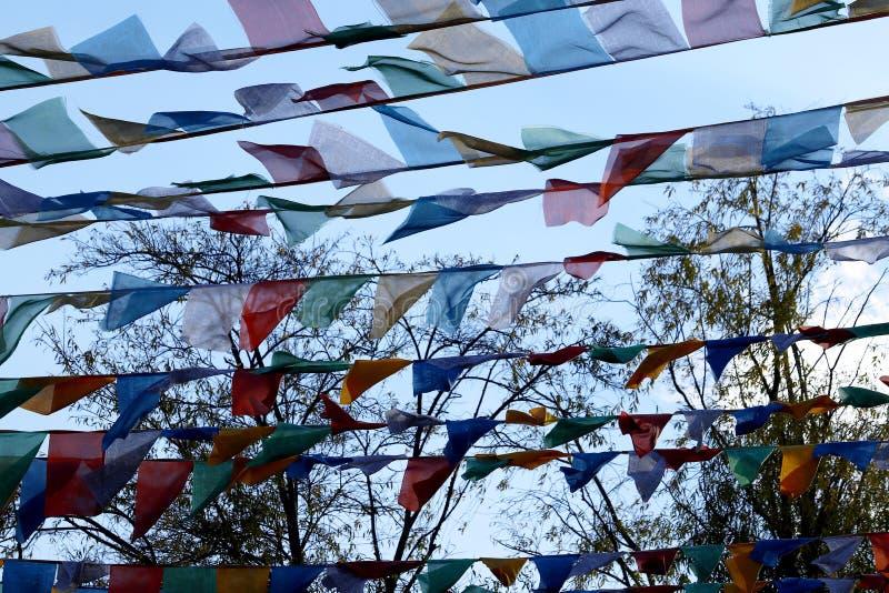 Διακοσμητικές σημαίες σε μια οδό στην παλαιά πόλη Lijiang, Yunnan, Κίνα στοκ φωτογραφία