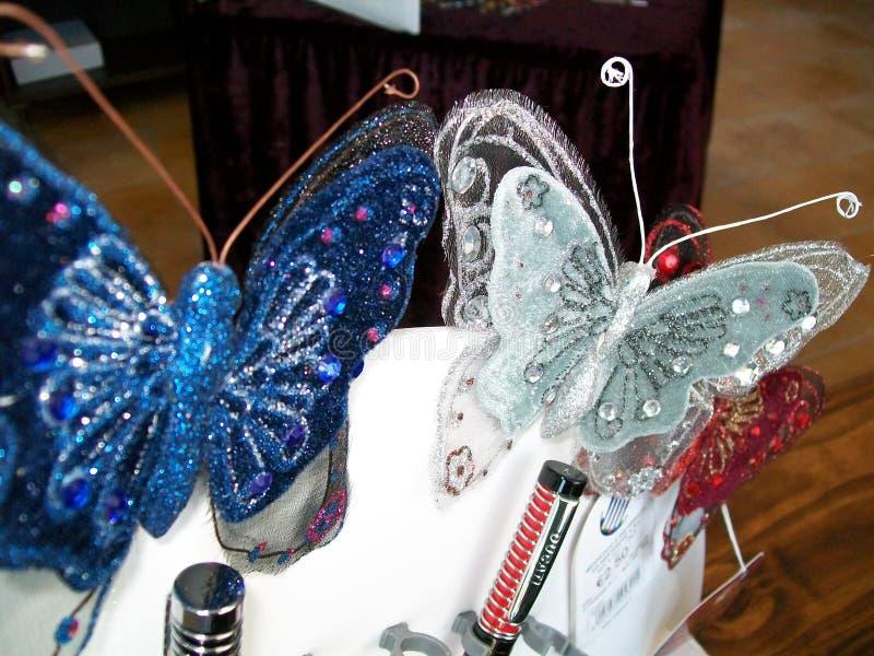 Διακοσμητικές χρωματισμένες πεταλούδες στο άσπρο κιβώτιο κοσμημάτων στοκ εικόνα