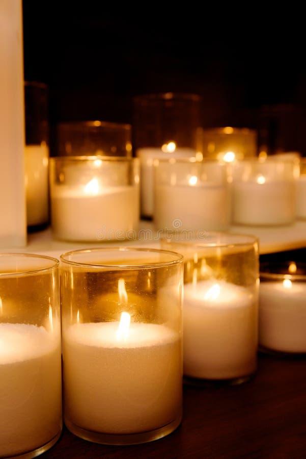Διακοσμητική εστία με τα κεριά στοκ φωτογραφίες με δικαίωμα ελεύθερης χρήσης