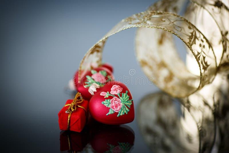 Διακοσμητική κόκκινη καρδιά με την κορδέλλα στοκ φωτογραφία