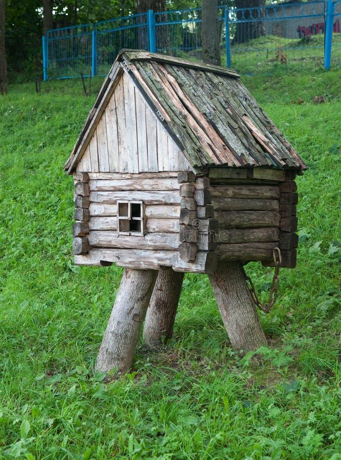 Διακοσμητική μικρή ξύλινη καλύβα για τη διακόσμηση κήπων στοκ φωτογραφίες