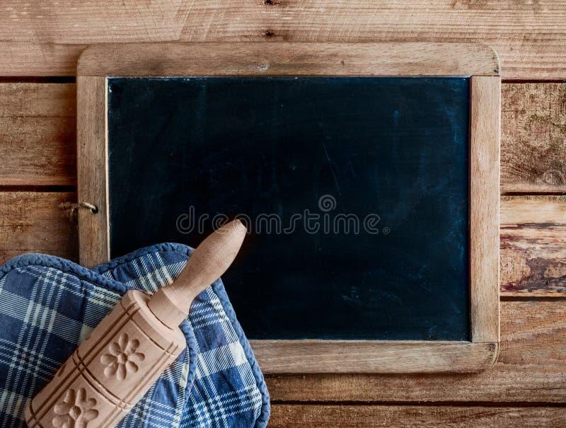 Διακοσμητική ξύλινη κυλώντας καρφίτσα σε μια παλαιά πλάκα στοκ εικόνα με δικαίωμα ελεύθερης χρήσης