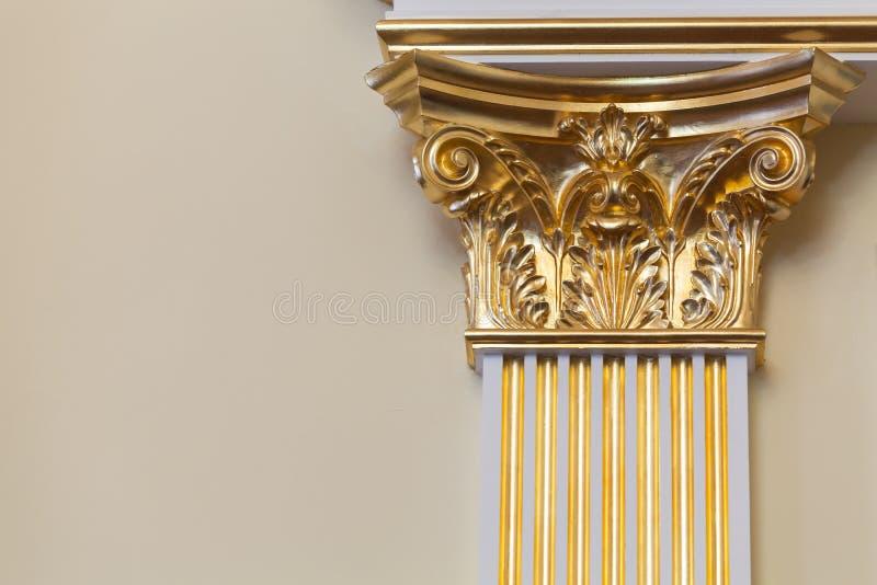 Διακοσμητική στήλη με τη χρυσή σκεπαστή είσοδο πρόσοψης στοκ φωτογραφία