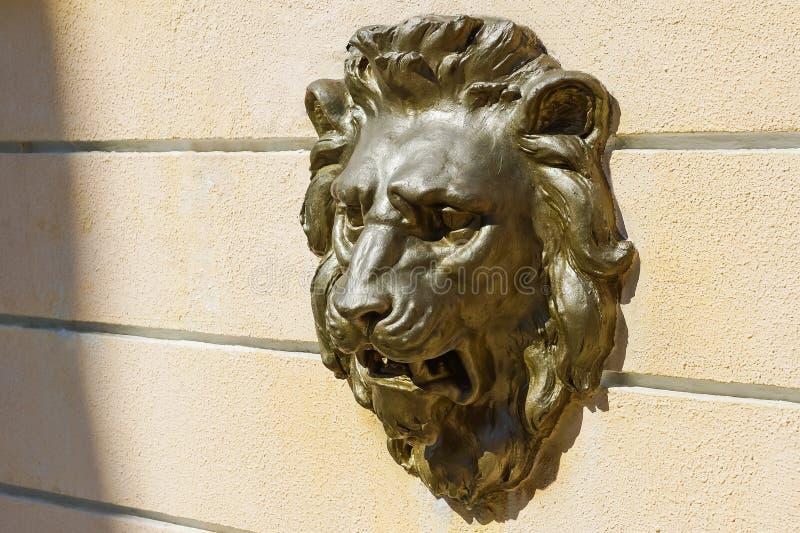 Διακοσμητική bas-ανακούφιση ασβεστοκονιάματος στον τοίχο στο κεφάλι ενός λιονταριού στοκ εικόνες