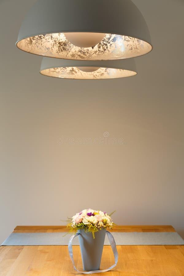 Διακοσμητικοί λαμπτήρες επάνω από τον ξύλινο πίνακα στοκ εικόνα