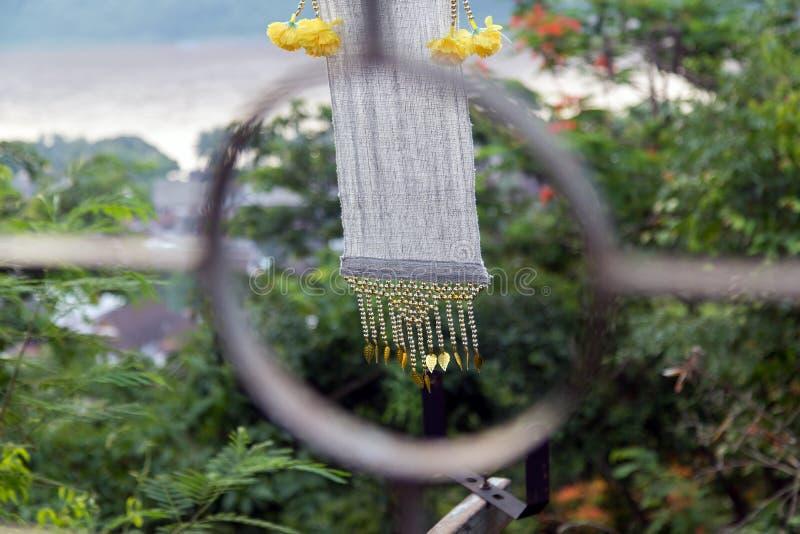 Διακοσμητικοί υφαντικοί κυματισμοί λουρίδων στον αέρα στοκ φωτογραφίες