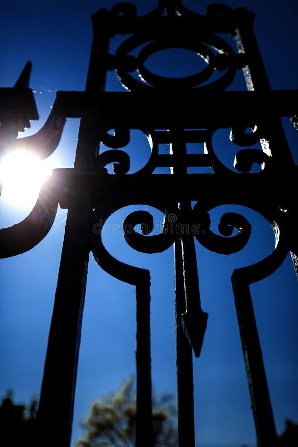 Διακοσμητικοί φράκτης επεξεργασμένου σιδήρου και μπλε ουρανός, Ρόκβιλ, Connectic στοκ φωτογραφία με δικαίωμα ελεύθερης χρήσης