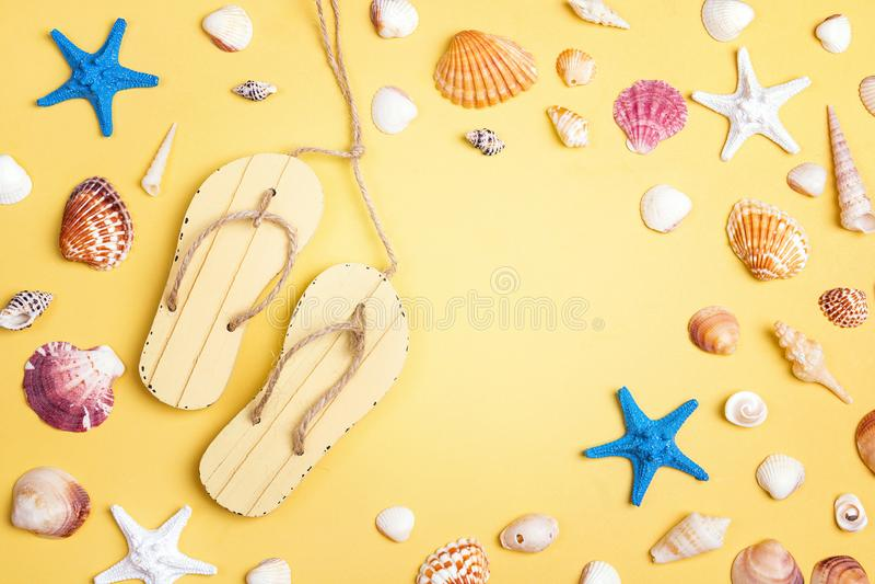 Διακοσμητικοί sandshoes, θαλασσινά κοχύλια και αστερίας με το διάστημα αντιγράφων επάνω στοκ φωτογραφία με δικαίωμα ελεύθερης χρήσης