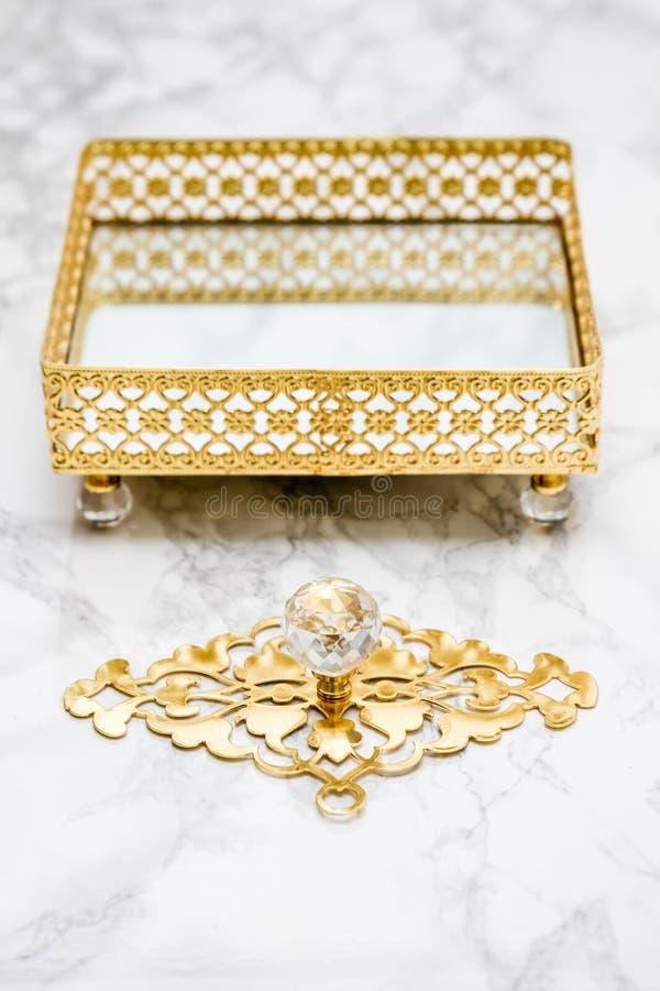 Διακοσμητικός δίσκος με το χρυσό σχέδιο στοκ εικόνα